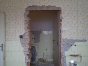 teraz diera, potom stena a kuchynská linka:)