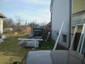 tu vidno vzdialenost susedovho domu od nasho pozemku- plot je jeho, cim mozeme zakryt vyhlad do nasho dvora?