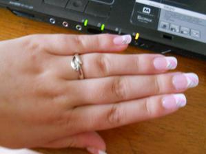 celá ruka i s prstýnkem
