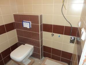 naše hosťovské WC zároveň aj technické. vedľa wc bude práčka a nad ňou asi bojler na vodu.