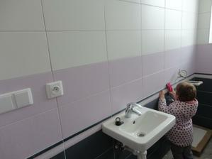 naša Tamuška skúša sprchu na bidet vo wc