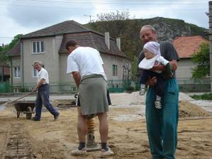 ocinko pilne pracuje a najmladší člen rodiny kontroluje