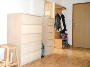 Březen 2011 - přestali jsme bydlet v krabicích a pořídili jsme komody. Jupííííí!