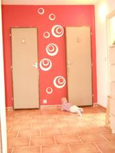 Upravená stěna v chodbě. Jen ještě ty dveře...
