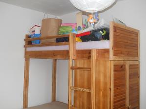 Nábytek v děcáku. Horní postel je sice zaházená věcma, co je potřeba vytřídit před příchodem druhýho sviště, ale je, jupí.