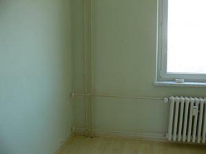 Hotová podlaha v ložnici pod oknem