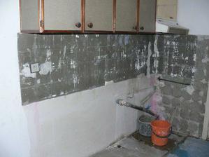 Výsledek mé včerejší práce (8. 2. 08) - omlácený kachlíky v kuchyni a vystěhovanej spodek linky.