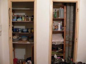 improvizovaná zásobárna potravin i nádobí