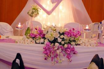 Kusok z vyzdoby uz aj s mojou svadobnou kytickou:)