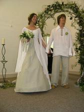 I ženich má obleček ze lnu.