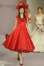 Chtěla bych vidět výraz přítele, až by mě viděl kráčet k oltáři v červených šatech:-)To by bylo smíchu. Láká mě to, ale asi až v příštím životě:-))
