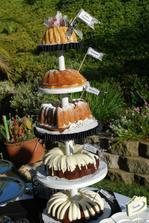 Super....stále jsem hledala dort, který by byl patrový, ale ne takový ten, co má každý...tento je origoš...upeču, už se těším:-)