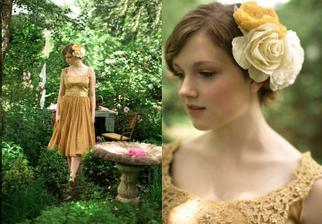 Krásná barva šatu v kombinaci s barvou růžiček je to prostě nádhera:-)