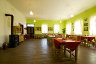 Hostinec uvnitř - včera jsme zjistili, že mají nově vymalováno. Bílé stěny, olivový strop. Vypadá to lépe v novém kabátku ;-)