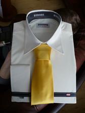 Smetanová košila, k mým smetanovým šatům. Kravata byla jasná volba bez váhání.