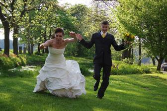 A tohle je nevěsta v pádu, co bych pro fotku neudělala- spintovat aniž bych si držela šaty nebyl dorej nápad ))))