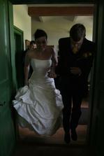 Místo přenášení nevěsty - skok snožmo oba naráz. Mám trouma z toho kdyby mně měl někdo nosit v náručí, nesnáším to. Myslím, že zlé duchy jsme takto přelstili také ))) a lidé tleskali jako diví