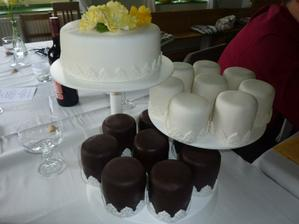 svatební dort - byl krásně bílý, jen díky blesku je tu špatná barva