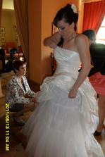 přípravy nevěsty - obě maminkyp omáhaly a měly co dělat )))
