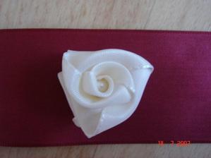 Detail růžičky s perličkou