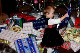 Málá Áňa se ztrácela mezi dárky :) Mates není ani vidět