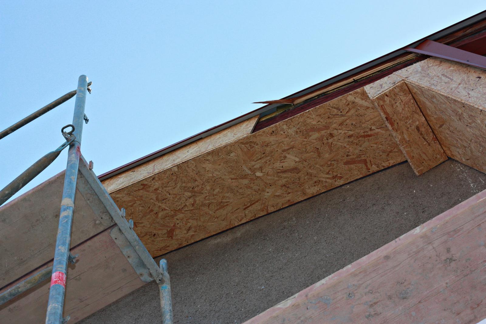 Domeček-naše přestavba - Když komplet,tak komplet,kdo by tam pořád sháněl lešení a natíral podbití,udělá se ve fasádě :)