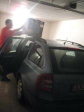 tatka vybaluje v garáži