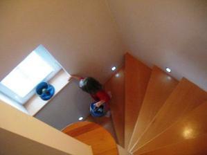 schody zvládá malá bravurně