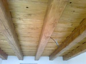 strop budem musiet natriet belinkou, alebo niecim, co zabrani tmavnutiu dreva..este neviem..poradte co na to