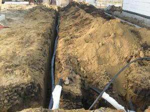 Len tá tenká je kolektor. Tá hrubá je melioračka obalená geotextíliou pre zvod dažďovej vody.