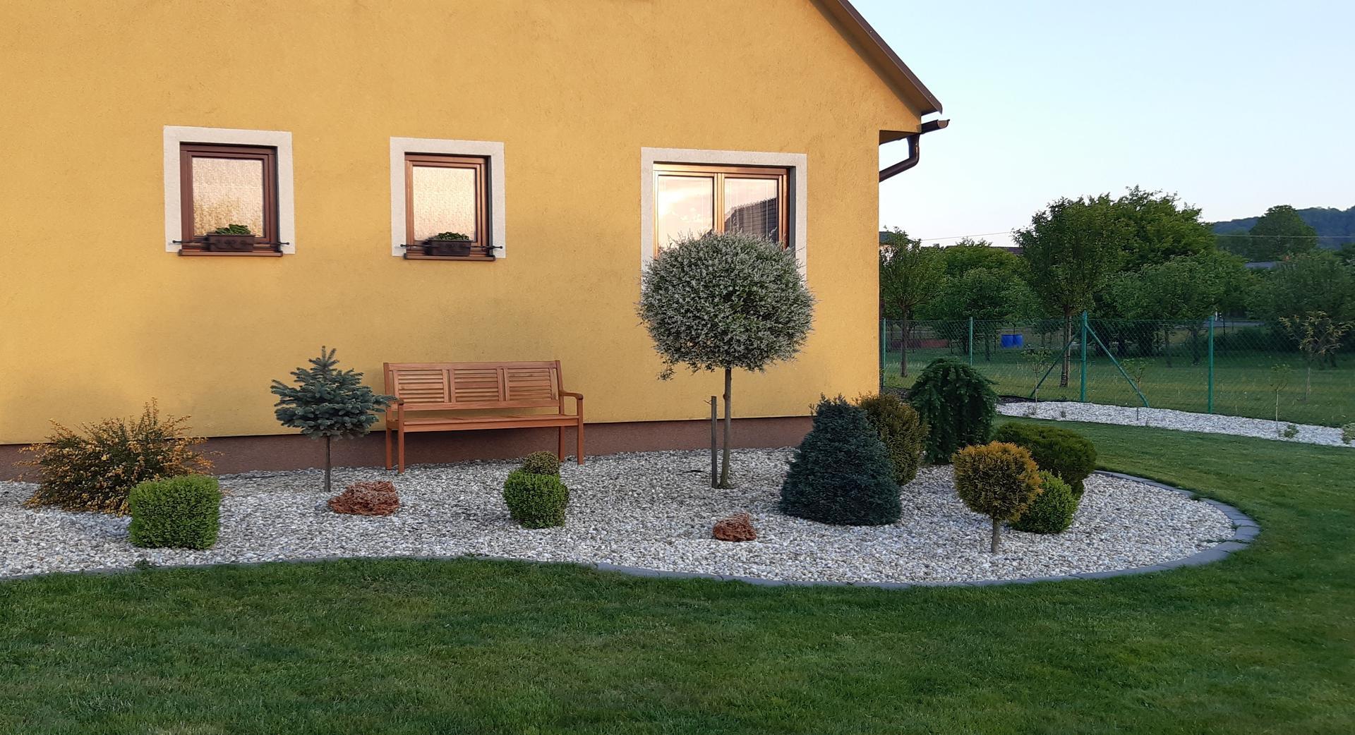Zahrada 2020 - Lavička před  domem