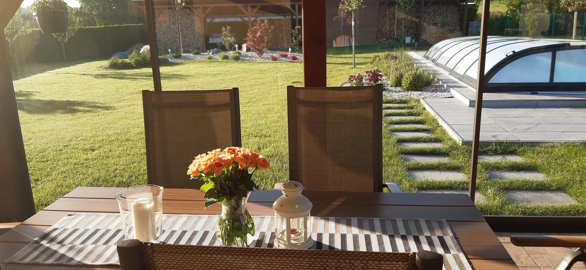 Zahrada 2021 - Ranní slunce na terase