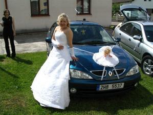 Nevěsta u svého autíčka