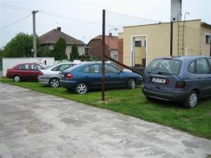 Skoro celá kolona.Byl to samý Renault