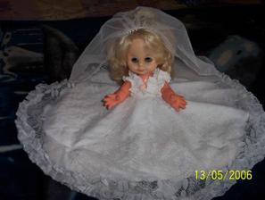 Tato panenka zdobila mé autíčko