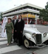 Manžel s rodičmi pri svadobnom aute este pred obradom