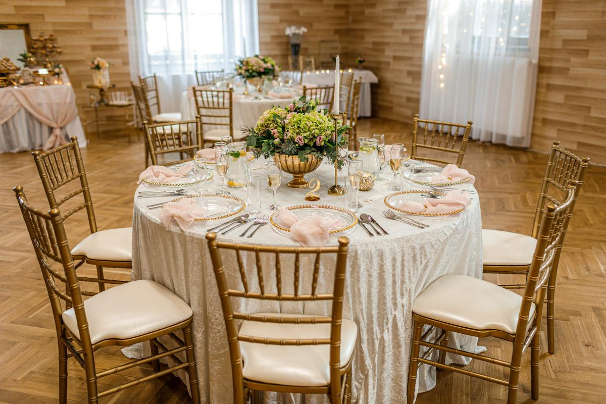 Na 24.7.2021 se nám nenadále uvolnila rezervace na zlaté chiavari židle a kulaté stoly. Proto exkluzivně na tento termín nabízíme slevu ve výši 30%. Jestli ještě nemáte svůj vysněný svatební nábytek, kontaktujte nás prosím přes https://gregorevent.cz/kontakt.htm - Obrázek č. 1