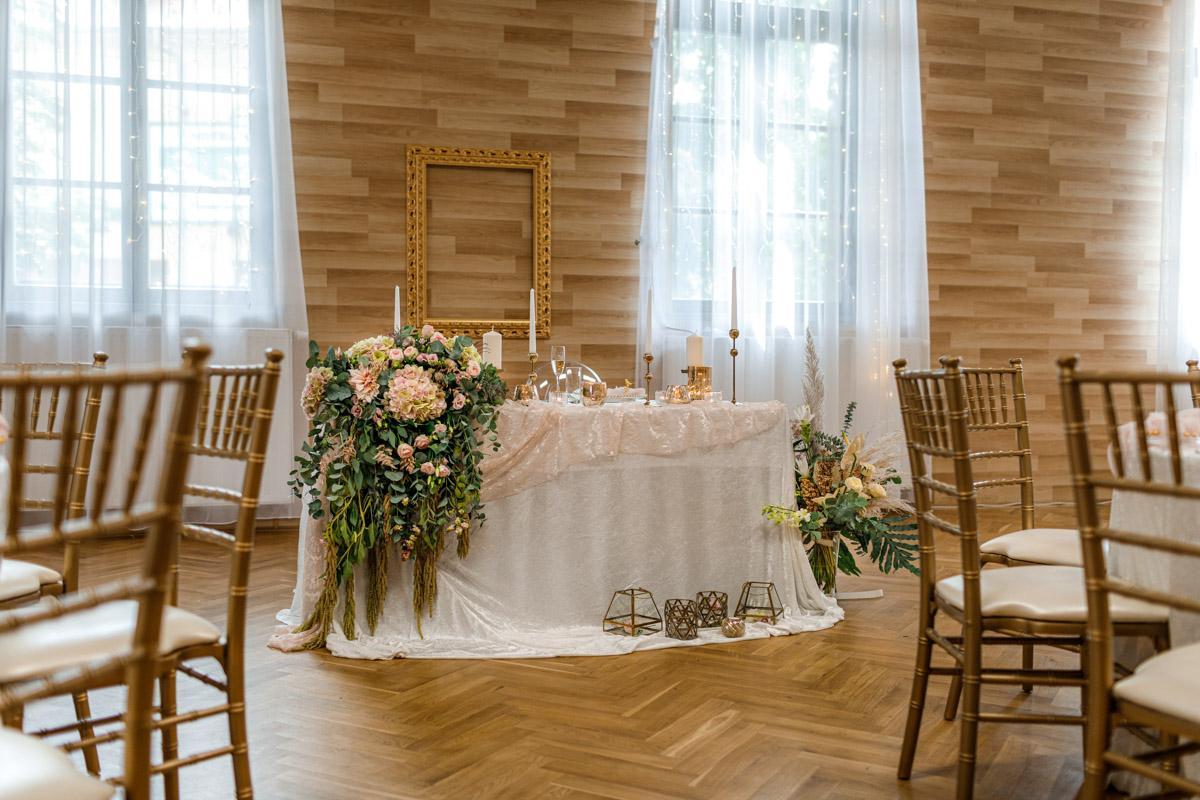 Na 24.7.2021 se nám nenadále uvolnila rezervace na zlaté chiavari židle a kulaté stoly. Proto exkluzivně na tento termín nabízíme slevu ve výši 30%. Jestli ještě nemáte svůj vysněný svatební nábytek, kontaktujte nás prosím přes https://gregorevent.cz/kontakt.htm - Obrázek č. 2