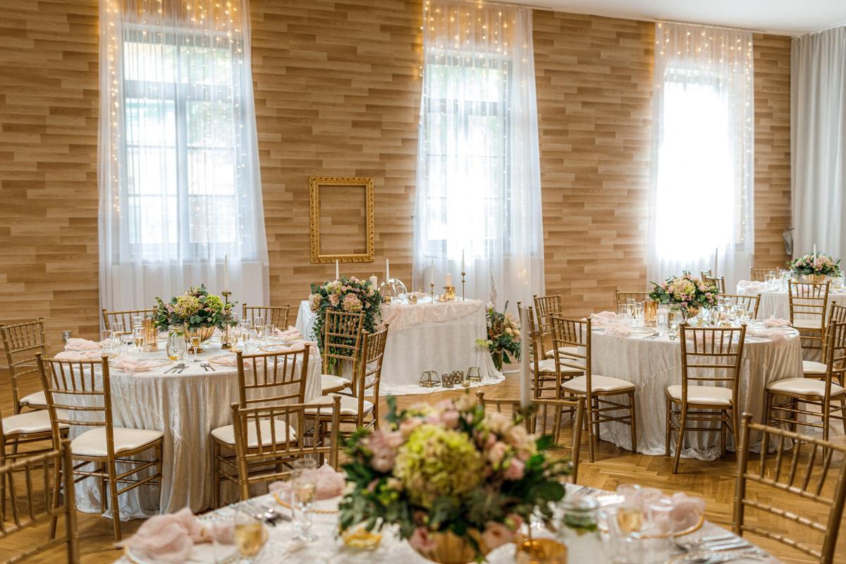 Na 24.7.2021 se nám nenadále uvolnila rezervace na zlaté chiavari židle a kulaté stoly. Proto exkluzivně na tento termín nabízíme slevu ve výši 30%. Jestli ještě nemáte svůj vysněný svatební nábytek, kontaktujte nás prosím přes https://gregorevent.cz/kontakt.htm - Obrázek č. 3