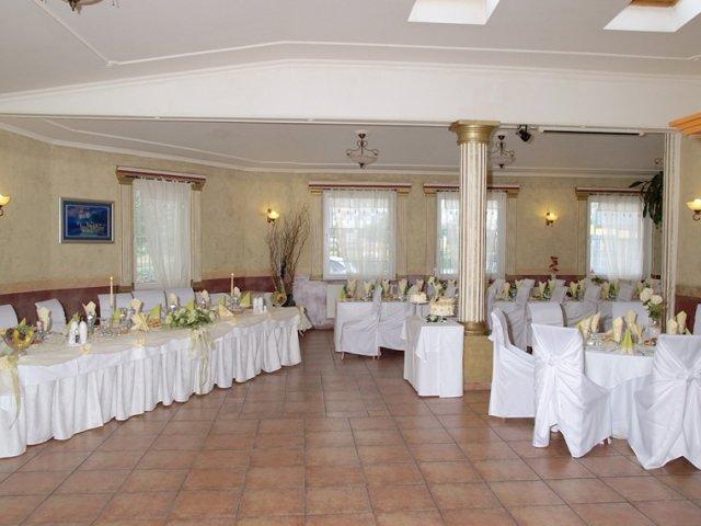 ToPa-Naša svadba - naša miesnosť,ale výzdoba bude bielo bordová