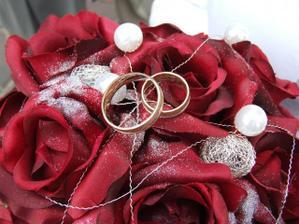 svadobná kytička a naše krásne obrúčky