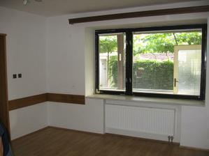 pohled z obývacího pokoje na dvorek