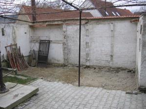 horní dvorek - byly zde postaveny klece pro papoušky, my je zrušili