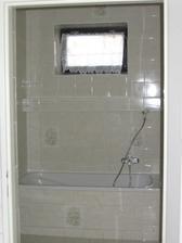 vana a okýnko v koupelně