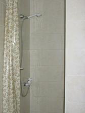 sprchový kout (nyní už s pevnými dvířky)