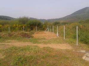 stĺpiky na plot už stoja ....