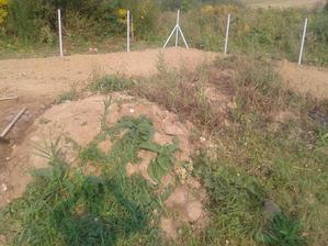r.2012 začíname s oplotením a úpravou terénu, keďže stavať ešte nemôžeme...