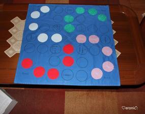 MOJA realizácia😊 ČLOVEČE OPI SA🍷Každý hráč má 2figúrky svojej farby umiestnené v pohostinstve/bare.Po nasadení s nimi musia prejsť herným plánom a dostať ich všetkých do svojho domčeka. Komu sa to podarí najskôr, vyhráva.