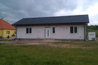 A máme hotovo, okná a dvere nahodené...