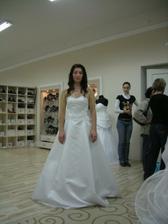 tady jsem si lehce zdřímla :-) Jinak měla tu být spíš 3 kruhová spodnička, takhle šaty nic moc